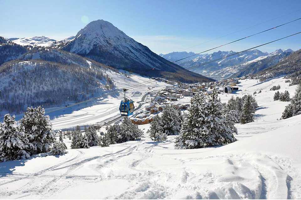 Petite station des Hautes Alpes située à 1860 mètres d'altitude, Montgenèvre convient aussi bien aux familles qui souhaitent profiter d'une station à taille humaine qu'aux grands skieurs qui pourront dévaler les 400 kilomètres de pistes de la voie lactée, auxquelles la station est reliée. C'est d'ailleurs la seule station française reliée au domaine olympique de Turin 2006. Ce n'est pas le charme de ...