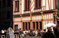"""Nantes wird heute noch als """"Stadt der Herzöge"""" bezeichnet. Dies ist ein Überrest aus der Zeit, als die Stadt noch die Hauptstadt der Bretagne war. Nantes gehörte über 11 Jahrhunderte lang (von 851 bis 1941) zu dieser Region. Aber Nantes war nie besonders mit der Region verwurzelt, sondern diente vielmehr als ein wichtiger Verkehrsknotenpunkt und Durchzugsort zwischen der Bretagne und der Region Vendee, ..."""