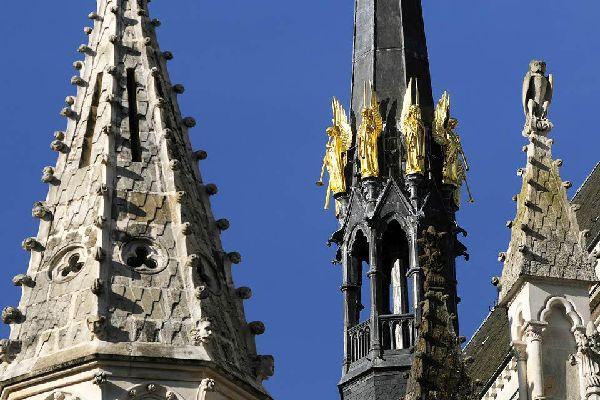 Le surnom de Cité des Ducs lui colle encore à la peau. Vestige du temps où la ville était encore la capitale de la Bretagne, région à laquelle elle fût rattachée durant 11 siècles (de 851 à 1941). Mais Nantes n'a jamais été une ville de terroir mais plutôt un carrefour, trait d'union entre Bretagne et Vendée, entre terre et mer. Un port de fond d'estuaire, à 50 km de l'océan, une cité de commerçants, ...