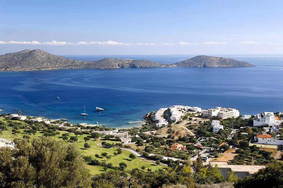 Elounda liegt 12 km nördlich von Agios Nikolaos. Man kommt mit Auto auf einer schönen, geschlängelten Route entlang der Bucht von Mirabello hierher. Der kleine Hafen ist von Bergen umgeben und beitet seinen Sommergästen eine angenehmere Landschaft als die Region von Iraklio. Das Hinterland überragt den Golf von Mirabello und die Aussicht ist hier bemerkenswert. Vor dem Hafenbecken erstreckt sich von ...