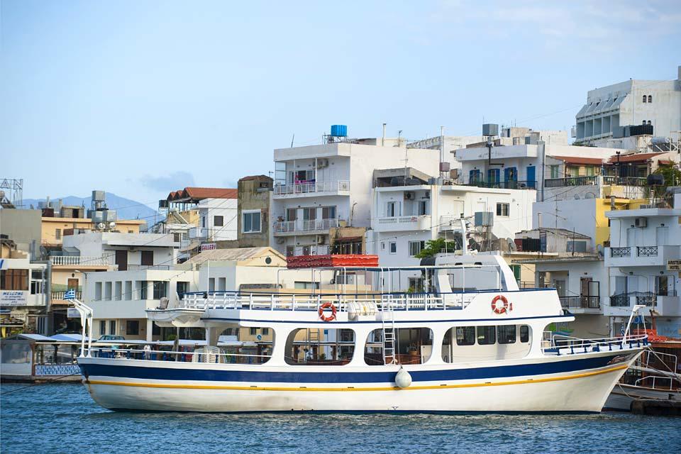Vom Hafen von Elounda aus fahren den gesamten Tag lang Boote zur ehemaligen Festungsinsel.