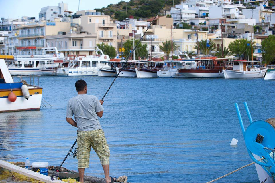 Im Hafen dieses Dorfes ankern immer noch die bunten traditionellen Fischerboote, die für den traditionellen Fischfang verwendet werden.
