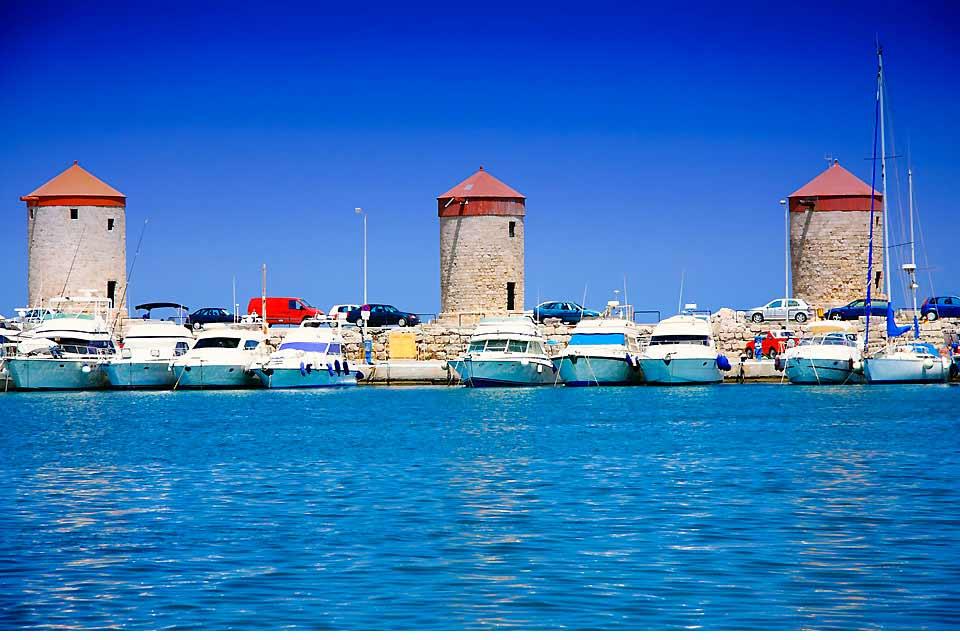 Installé sur la côte est de l'île de Rhodes, à un peu moins de 50 km de la capitale, le magnifique village de Lindos mérite que l'on aille se perdre dans ses petites ruelles. Etouffé par un nombre incroyable de commerces en tout genre, on se retrouve ici dans un décor typique des îles grecques. Les vendeurs de souvenirs, les bars et les restaurants (et les odeurs de crêpes sucrées !) se succèdent les ...