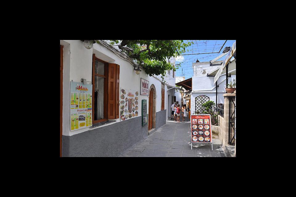 Molto movimentata nella stagione estiva, Lindos trabocca di piccoli negozi di ogni genere.
