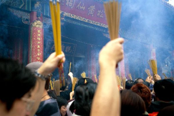 This religious ceremony is taking place at the Wong Tai Sin Temple on the Kowloon Peninsula.