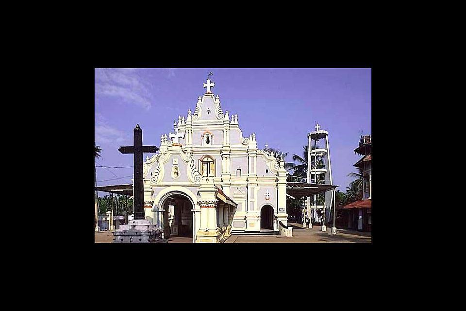 Esta iglesia fue construida y santificada en 1579 por los portugueses ayudados por un rajá hindú. Por tanto se observa la influencia portuguesa e hindú en su arquitectura.