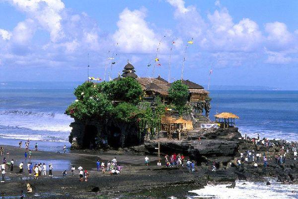 Rendez-vous des touristes Australiens pour qui l'Indonésie n'est qu'à une poignée d'heures de vol, Kuta est un bouillonnant village, rendez-vous des routards du monde entier où se concentrent les hébergements les moins chers de l'île (et sans doute aussi les plus douteux, on y trouve de tout). Un labyrinthe de ruelles assez moches dont la traversée devient une expérience éreintante (attention à ne ...