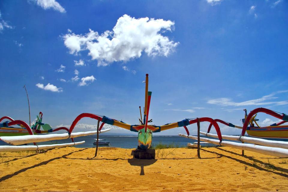 Legian, située au nord de Kuta, bénéficie de l'animation de cette dernière, tout en offrant un panorama et un littoral plus tranquilles. Enfin, Tanah Lot, plus à l'ouest, est une destination obligée, pour son temple sur l'eau bien sûr, particulièrement prisé des touristes au coucher du soleil....