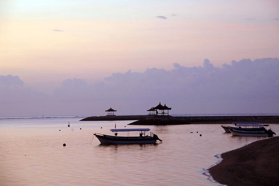 Station balnéaire chic sur la péninsule de Bukit dans le sud de Bali, Nusa Dua regroupe sur sa côte est une bonne partie des  hôtels de luxe le long de ses plages de sable fin. Les aménagements extérieurs sont entretenus, les massifs fleuris, les trottoirs éclairés de beaux lampadaires, un centre commercial (Bali Collection) permet aux touristes de quitter un peu le giron de leur hôtel sans pour autant ...