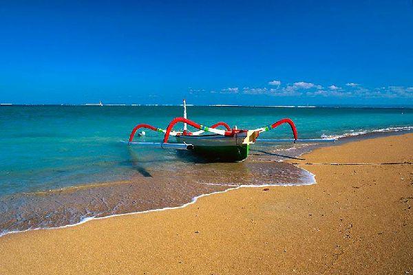 Sanur es un encantador balneario que, por su configuración, recuerda casi a los balnearios del litoral atlántico francés añadiendo el calor. El paralelismo parece aún más pertinente cuanto que aquí las mareas bajas son muy importantes, con un nivel de agua que a veces es muy bajo. A excepción del litoral, desfigurado por numerosas escolleras de hormigón, Sanur posee numerosas cualidades: tranquilidad, ...