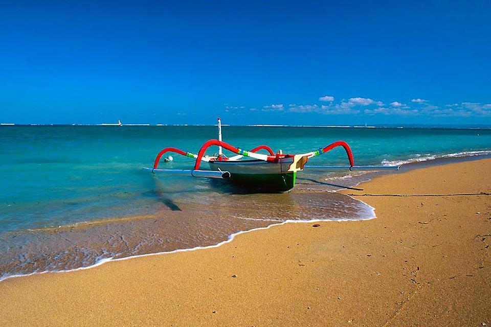 Sanur est une charmante station balnéaire qui, par sa configuration, évoquerait presque les stations du littoral atlantique français, la chaleur en plus. Le parallèle semble d'autant plus pertinent qu'ici les marées basses sont très importantes, avec un niveau d'eau parfois très faible. Hormis le littoral défiguré par de nombreuses jetées en béton, Sanur possède de nombreuses qualités : calme, cadre ...
