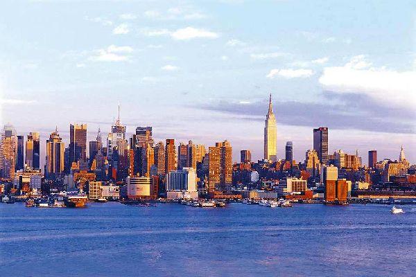 Seit über 1 1/2 Jahrhundert schon, lässt New York, die Stadt der Superlative, den ganzen Planeten träumen und zieht in der ganzen Welt Aspiranten für ein besseres Leben an. Der Mythos ist immer noch sehr lebendig und die Stadt kennt seit ein paar Jahren eine dieser ?Einwanderungsspitzen?, die es jemals in ihrer Geschichte gegeben hat. Die Legende New Yorks in sich aufzunehmen ist eine fast fühlbare ...