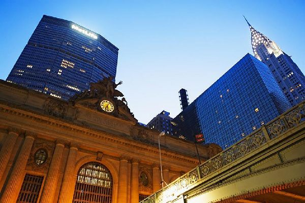 This train station has the most number of platforms of any station in the world at 44. Here we see the Mercury Statue and Grand Central clock
