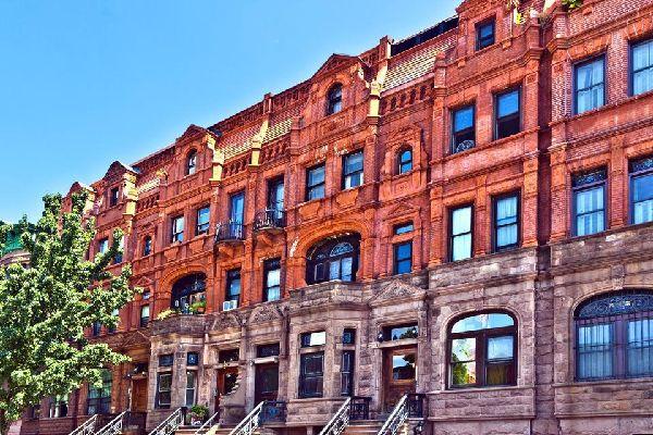 """Die sog. """"Brownstones"""" sind identische Häuserreihen aus rotem Trias-Sandstein. In Harlem stellt die Renovierung dieser Häuser einen bedeutenden Beitrag zur Entwicklung des Viertels dar."""