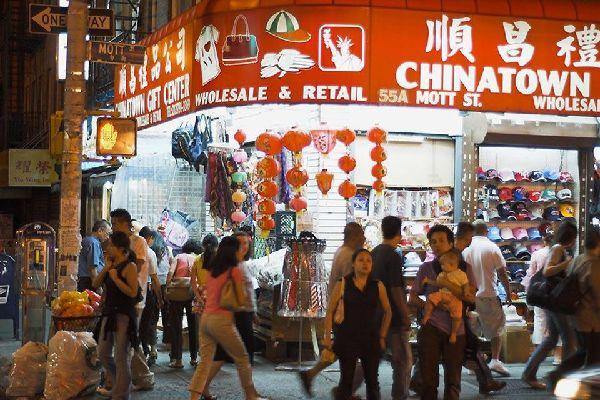 Das chinesische Viertel der Stadt ist einer der dichtestbesiedelten Stadtteile der Welt. Es beginnt in Pell Street und Doyers Street.