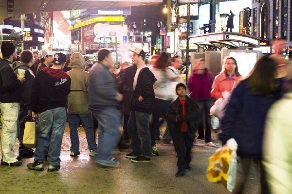Touristen stehen wie gebannt vor den Leuchtreklamen auf dem berühmtesten Platz der Stadt.
