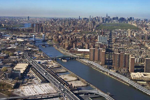 Ein Flug mit dem Hubschrauber ist ideal, um die Stadt von der Vogelperspektive aus zu betrachten.