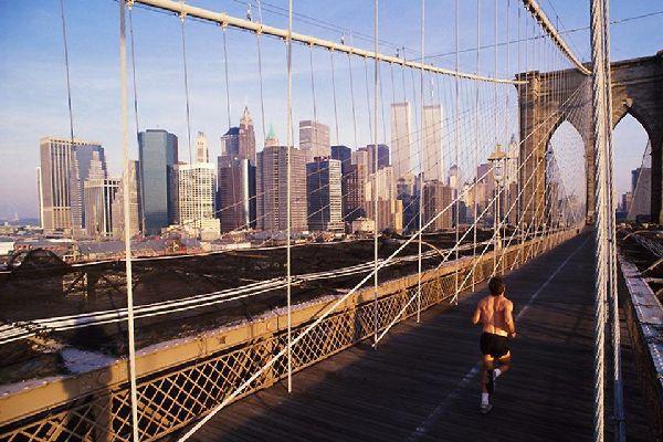 Diese Brücke führt von der City Hall in Manhattan nach Brooklyn und wird auch von Joggern und Fahrradfahrern häufig benützt.