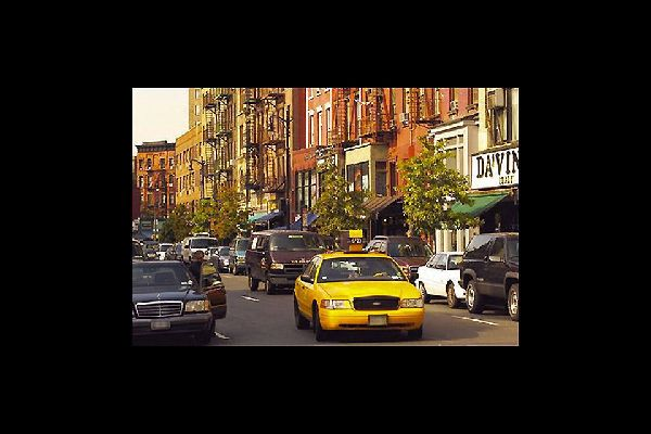 Die bekannten gelben New Yorker Taxis sind ein schnelles und günstiges Transportmittel durch die Stadt.