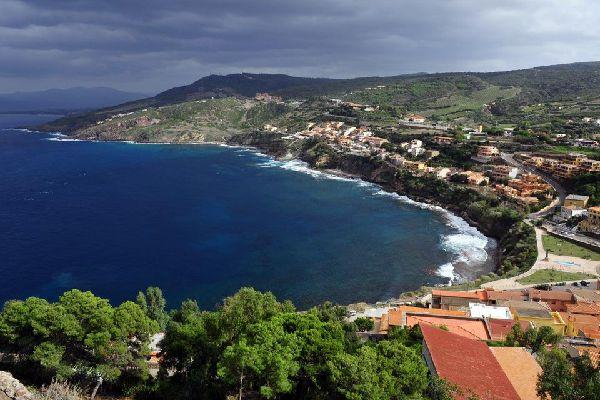 Au Nord-Ouest de la Sardaigne, le long du golfe de l'Asinara, Castelsardo et un des hauts lieux touristiques de l'île. Son village et son fort, perchés sur une colline en surplomb de la mer, sont une attraction. En remontant vers le Nord, le village d'Isola Rossa est plus paisible mais tout aussi pétrit de charme avec ses rochers rouges qui s'avancent dans l'eau turquoise. Entre les deux, la plage ...