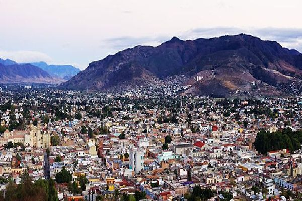 Oaxaca sorge ad un altitudine di 1550 metri ed è collocata nella valle Oaxaca nella Sierra Madre del Sud.