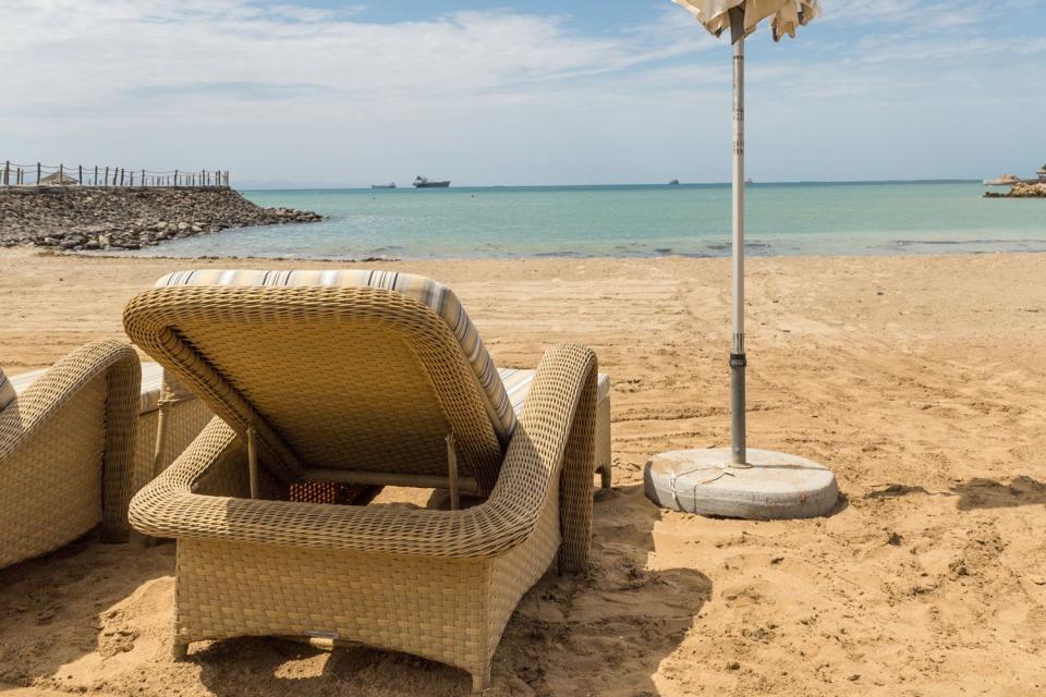 En suivant les pistes cahoteuses vers le nord, on débouche sur Obock. Henry de Monfreid y a vécu plusieurs années. Sa demeure, située face à la mer, existe toujours. On peut également y visiter la résidence du Premier gouverneur français, Léonce Lagarde. C'est ici que les Français débutèrent leur implantation, en 1862. Au lendemain de l'ouverture du canal de Suez, Djibouti figurait la première étape ...