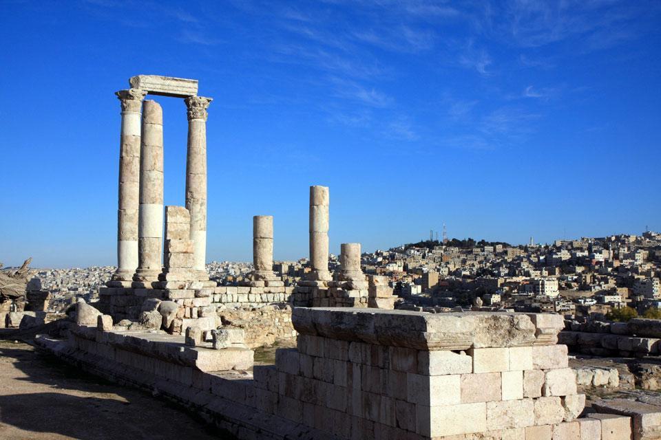 33km a sud ovest di Amman, Madaba è la capitale del mosaico e una città ricca di storia biblica. Fu conquistata dalle tribù di Israele e poi riconquistata e ricostruita da Mesha, re di Moab, nel IX secolo a.C., come attesta la stele conservata al Louvre. La città deve il suo periodo d'oro agli arcivescovi bizantini, che presidiarono alla costruzione delle chiese e alla loro decorazione. Tuttora ...