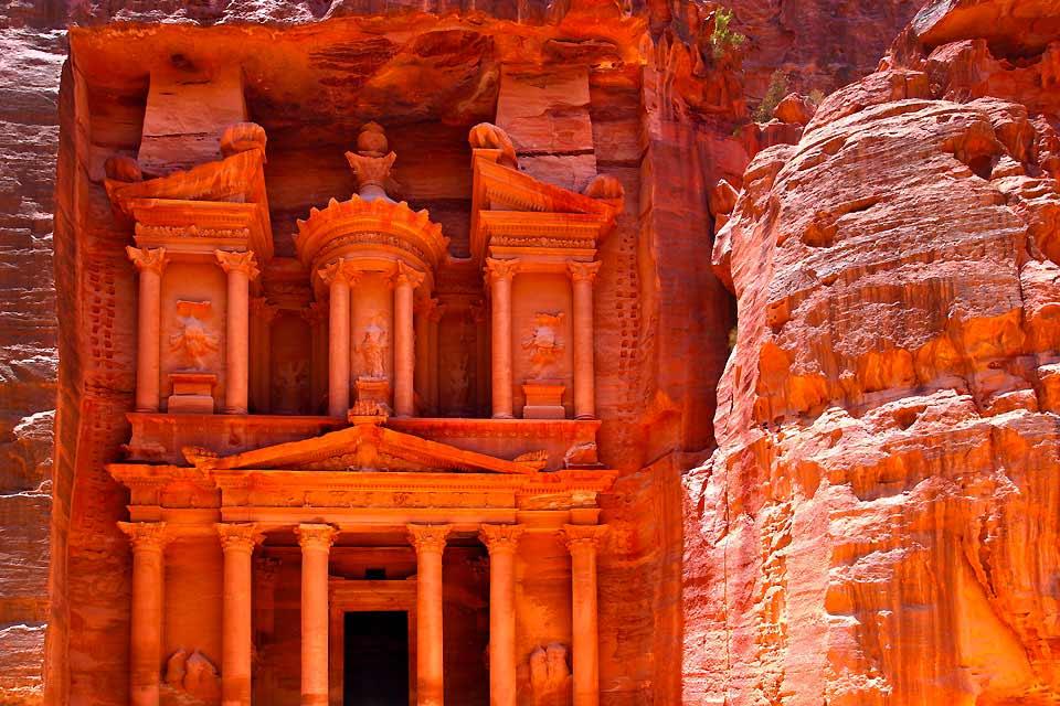 Petra, una ciudad mágica, es uno de los lugares míticos de Jordania. Tómate tu tiempo para descubrir esta antigua ciudad de nabateos, declarada patrimonio mundial de la humanidad. El secreto de esta ciudad fue guardado con recelo por los beduinos hasta 1812. Fue un explorador suizo quien descubrió esta ciudad durante uno de sus viajes a oriente. Pero hubo que esperar mucho tiempo, hasta 1928, para ...