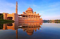 Putrajaya est la capitale administrative de la Malaisie. A l'origine constituée de plantations de thé et de caoutchouc, elle correspond aujourd'hui à la ville « futuriste » du nouveau millénaire. Construite en 1993, Putrajaya ne possède pas de monuments historiques, mais elle bénéficie d'un réseau d'informations basé sur des technologies multimédia dernier cri. On compte pas moins de neuf ponts dont ...