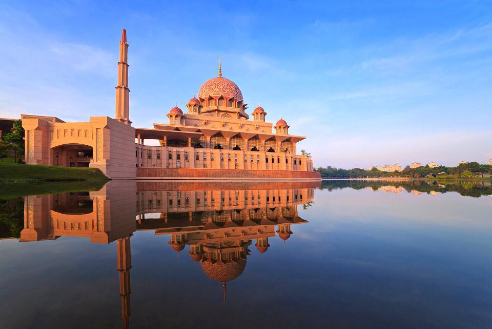 """Putrajaya es la capital administrativa de Malasia. Constituida en su origen por plantaciones de te y caucho, en la actualidad es la ciudad """"futurista"""" del nuevo milenio. Putrajaya, construida en 1993, no posee monumentos históricos pero goza de una red de información basada en tecnologías multimedia de punta. Existen como mínimo nueve puentes, uno de ellos reservado para el tren. La ciudad tiene veinte ..."""