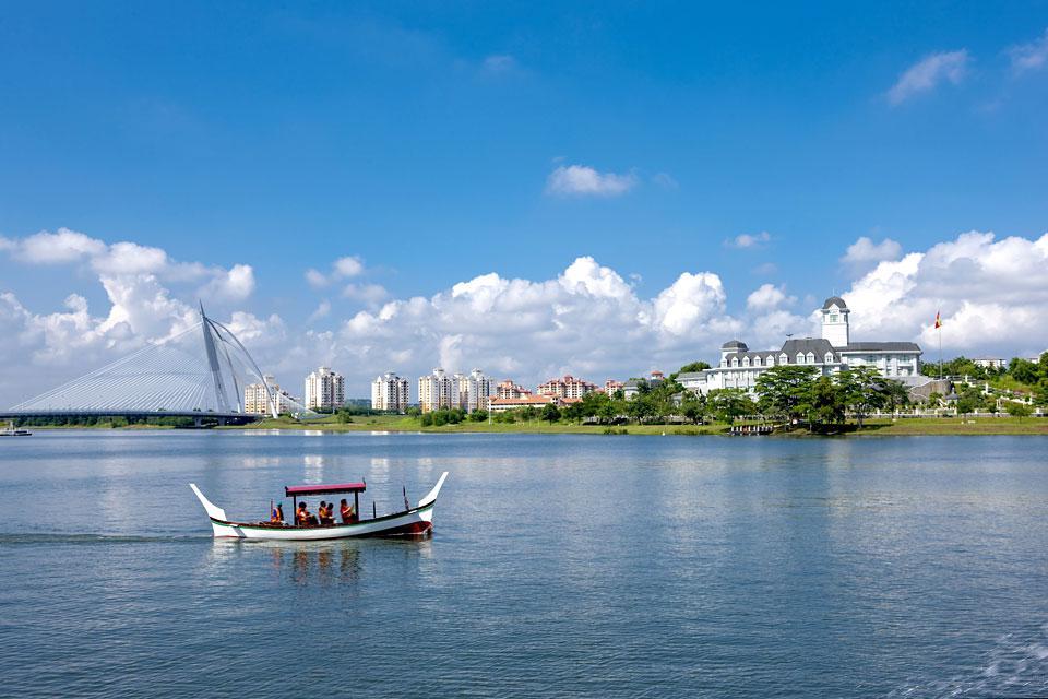 La ciudad se encuentra 20 km al sur de Kuala Lumpur.
