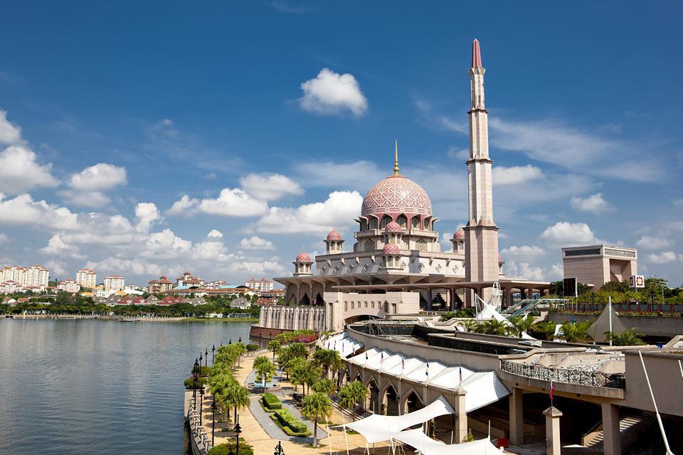 En toile de fond, le Perdana Putra, l'édifice où se trouve le bureau du Premier ministre et du Secrétaire du gouvernement