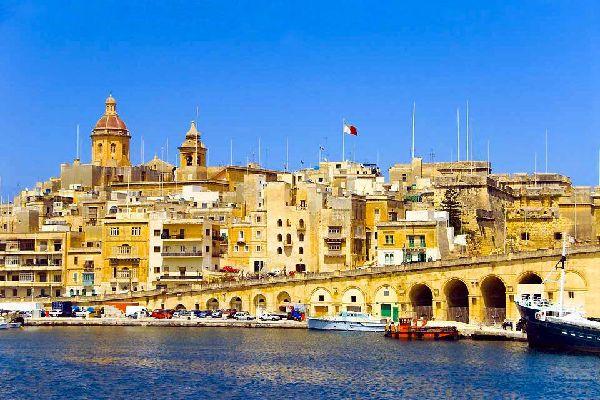 Capitale di Malta, La Valletta ha saputo conservare le tracce del proprio passato: l'isola un tempo era nelle mani dei Soldati di Cristo e costituiva uno dei bastioni della cristianità. La sua architettura barocca e il tracciato geometrico a scacchiera delle vie sono le caratteristiche dominanti che si notano non appena si entra in città. Su entrambi i lati di Republic Street, l'arteria principale ...
