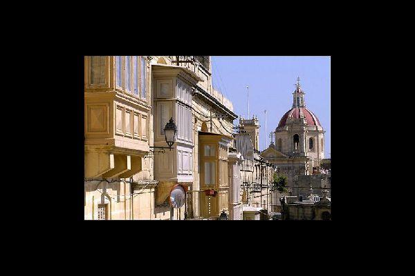 Passeggiando per le sue strade, si resta stupiti dal numero di statue, fontane e opere architettoniche barocche...