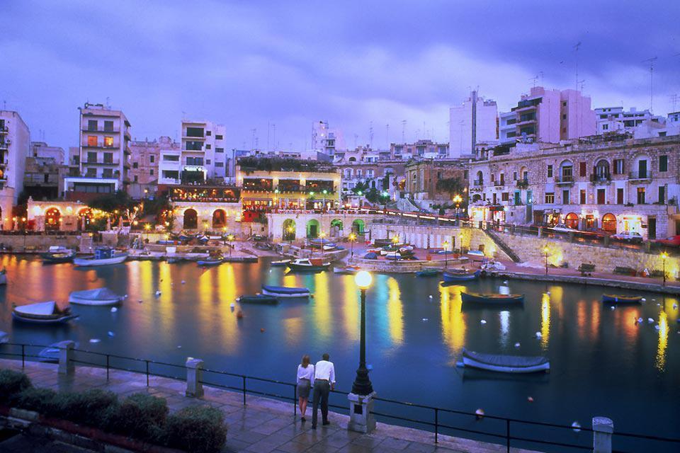 I festaioli a Malta trovano pane per i loro denti: la sera i club di St Julian's sono veramente adrenalinici