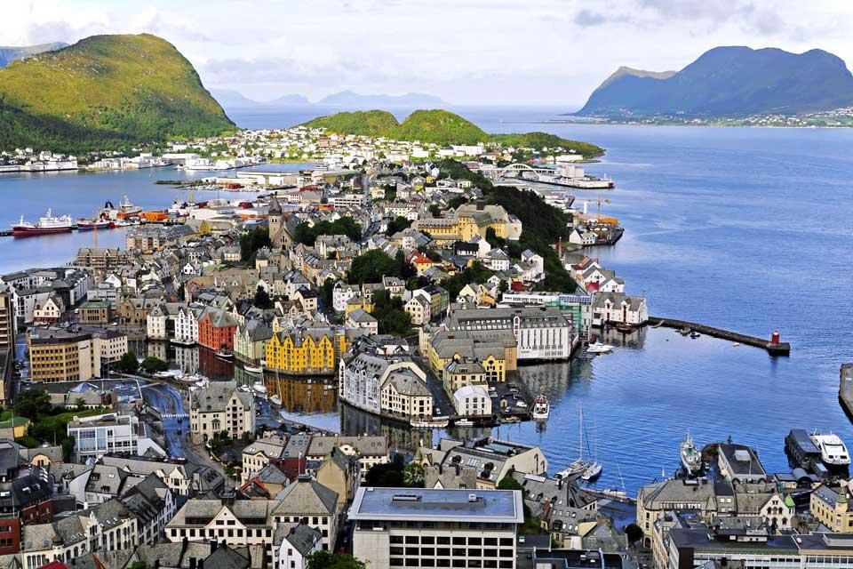 Alesund unterscheidet sich gänzlich von allen anderen Städte Norwegens. Sie wurde 1904 durch ein Feuer zerstört und dank den von Kaiser Wilhelm II gesendeten Subventionen wieder aufgebaut. Sein Jugendstil und seine Pastelltöne machen aus ihr eine besondere Stadt. Heute ist sie einer der größten Fischereihäfen Norwegens geworden und exportiert viel Kabeljau. Alesund ist umgeben von Bergen und auf 3 ...