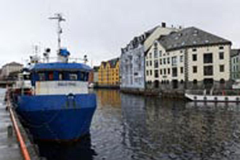 Alesund besteht aus drei Felseninseln und ist dabei eine Linienverbindung entlang der Küste Norwegens.