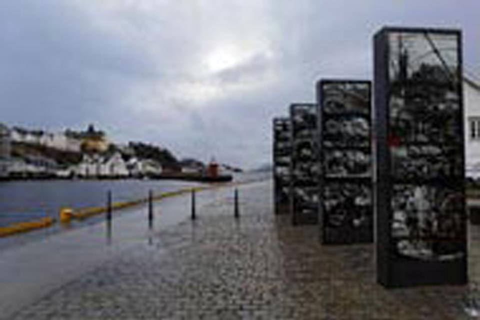 Die schöne im Jugendstil gehaltene Stadt Alesund mit Hafen direkt am Meer