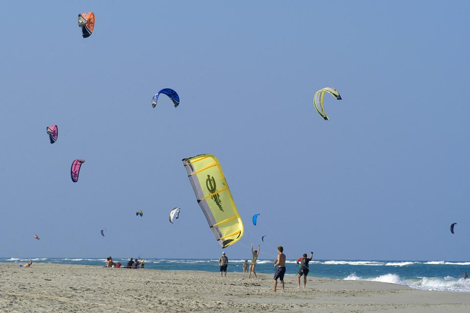 Il paradiso degli sport su tavola: qui si trovano surfisti, kiter (surfer trainati da una sorta di aquilone) e windsurfisti.