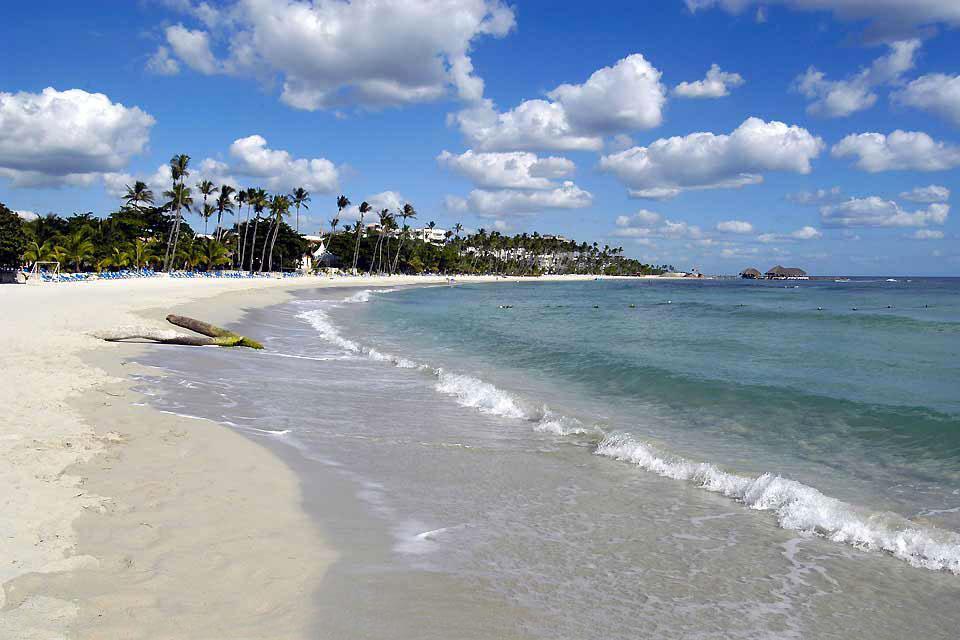 La estación balnearia de Juan Dolio, situada en la costa del Caribe, a un centenar de kilómetros de Santo Domingo, tiene menos atractivo que Punta Cana, el paraíso dominicano de los europeos. Aquí las playas están lejos de atraer a los turistas y el color del mar está muy lejos del azul turquesa. El único interés de Juan Dolio, aparte de sus hoteles de relativo buen precio y algunas tiendas, es sin ...