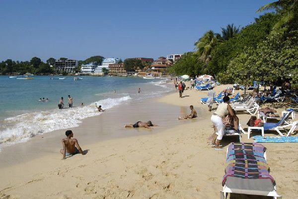 Su maravillosa playa en ensenada atrae a muchos bañistas.