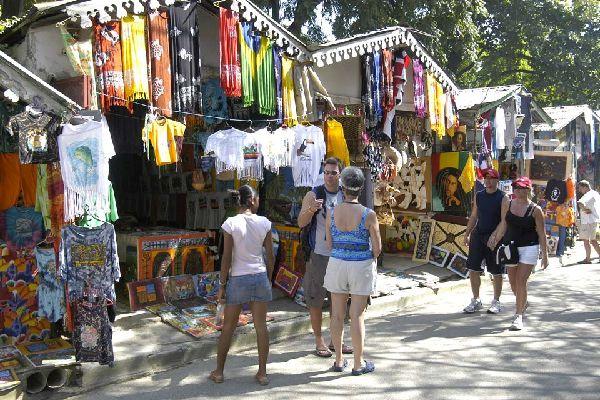 Sousa se divide en dos partes: El Batey, la zona más turística en la que se concentran los hoteles, restaurantes y discotecas, y Los Charamicos, el barrio popular.