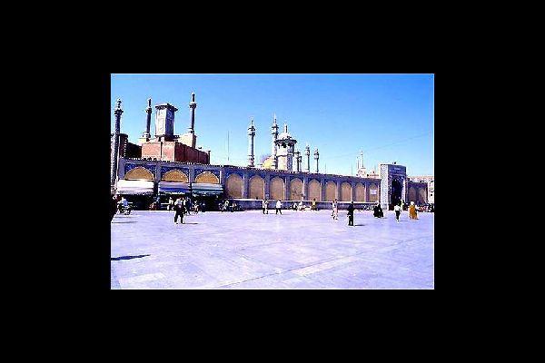 Qom ist einer der wichtigsten Wallfahrtsorte des Iran. Hier befindet sich das Grab von Fatimah, der Schwester des Imam Reza. Die religiösen Gebäude sind von erlesener Schönheit.