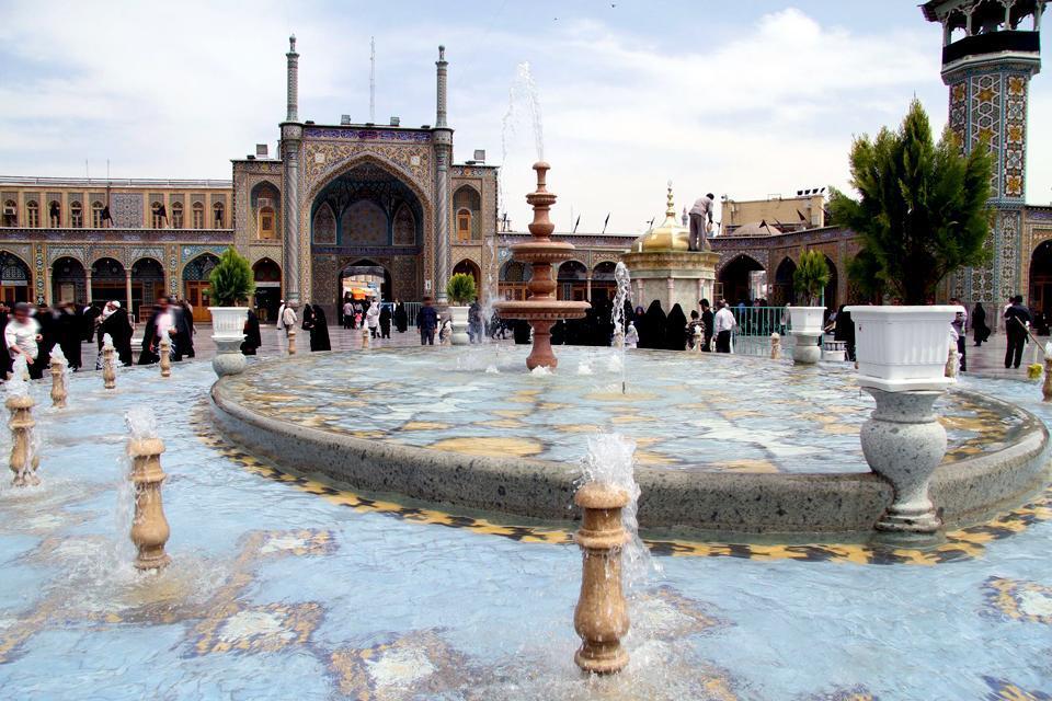 À 150 km au sud de la capitale, vous arrivez dans la ville sainte de Qom. Les non-musulmans ne peuvent pas visiter les principaux monuments. Mais une promenade dans les rues du centre-ville s'avère très intéressante pour l'ambiance religieuse qui y règne....