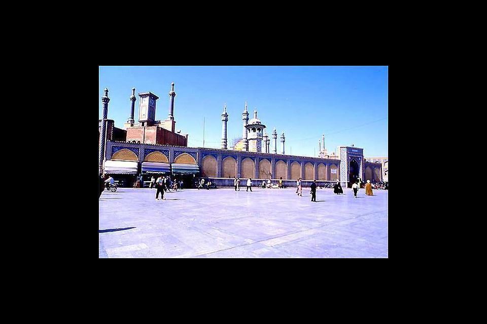 Qom est l'une des principales destinations de pèlerinage en Iran; c'est ici que se trouve la tombe de Fatimah, sœur de l'imam Reza. Les édifices religieux qui s'y trouvent sont d'une beauté raffinée.