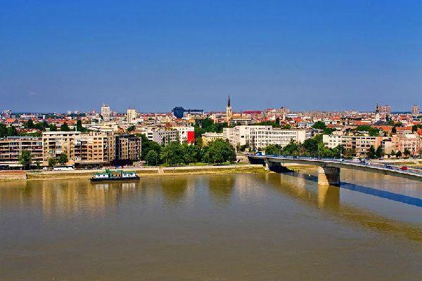 A une heure de Belgrade, également traversée par le Danube, Novi Sad, capitale de la province de Voïvodine et deuxième ville de Serbie, est reconnue pour son charme et son héritage culturel austro-hongrois. Le cœur de la ville, surnommée «l'Athènes serbe», abonde en édifices de style gothique, baroque, Art nouveau et néoclassique. Novi Sad abrite notamment la forteresse médiévale ...