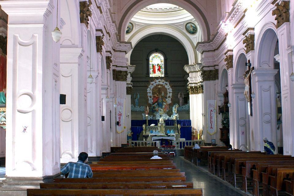 Die Architektur der Kirche San Sebastian ist zwar ausgesprochen modern, hier versammeln sich allerdings zu den Messfeiern regelmäßig zahlreiche Gläubige.