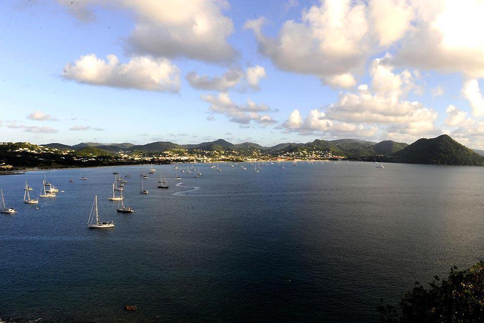 Santa Lucía, al igual que sus vecinas, es una isla volcánica montañosa cubierta de jungla y rodeada de un agua cristalina. Un auténtico paraíso tropical en el que la mayoría de los hoteles se encuentra en la costa oeste, en el lado del mar del Caribe. Sin embargo, a pesar de sus 43 kilómetros de largo, el norte y el sur presentan aspectos muy distintos. En el norte, más plano, se encuentran la capital ...