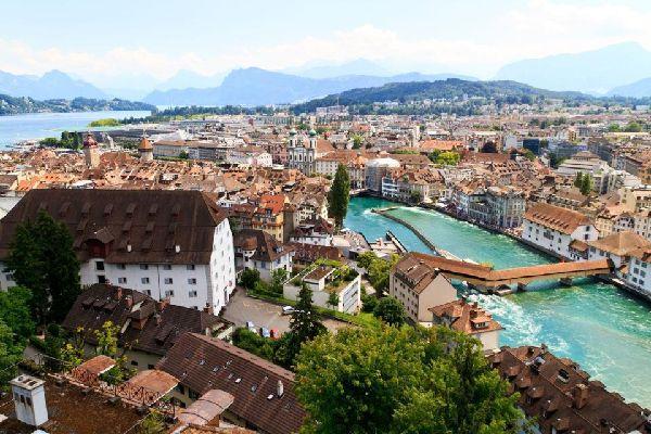 En tête du palmarès des villes touristiques les plus visitées de Suisse, Lucerne peut se targuer de nombreux attraits : le séduisant cachet de ses monuments historiques, des musées, des expositions, des concerts et des festivals à foison, une kyrielle de possibilités de promenades, d'excursions en montagne et de croisières en bateau à vapeur. Le visiteur ne risque donc pas de s'y ennuyer. Parmi ses ...