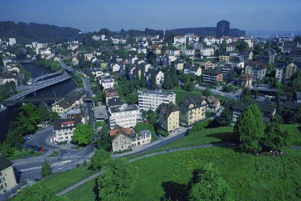 Lucerne se tient au pied des Alpes. Le relief apparaît rapidement dès que l'on sort de la ville.